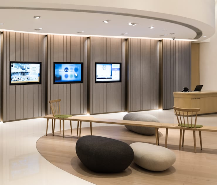 Aedas Interiors creates a minimal aesthetic with sculptural forms for Novotel Century Hong Kong's high traffic lobby  :  Hotels by Architecture by Aedas, Minimalist
