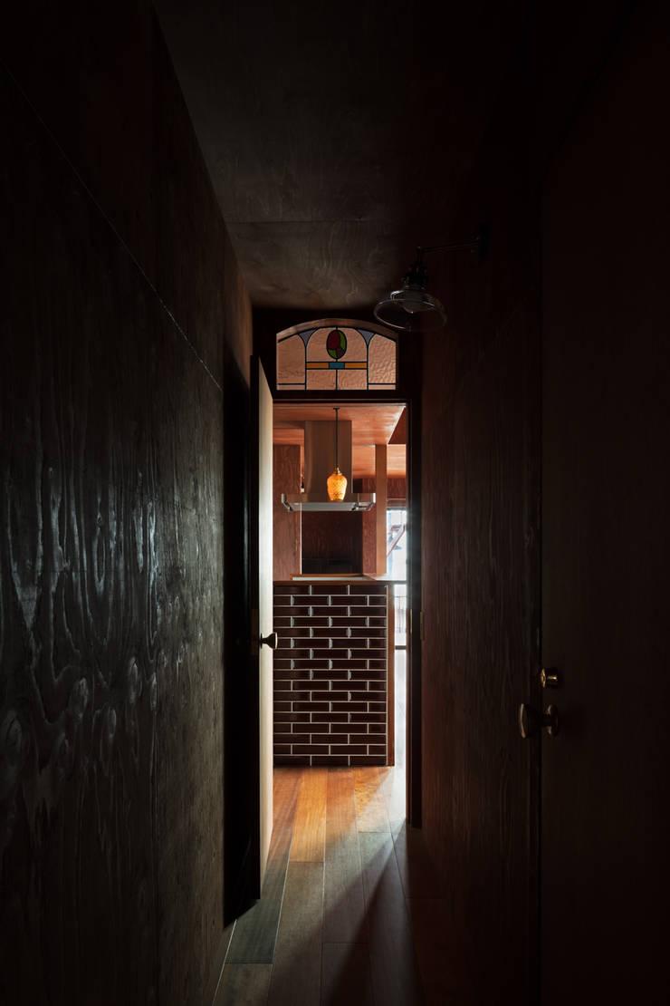 EARTH HOUSE: SQOOL一級建築士事務所が手掛けた廊下 & 玄関です。
