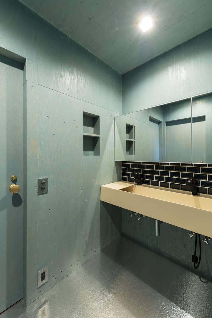 EARTH HOUSE: SQOOL一級建築士事務所が手掛けた浴室です。