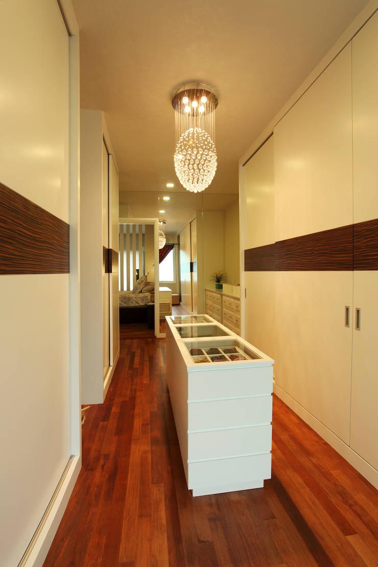 Raflessia:  Dressing room by Hatch Interior Studio Sdn Bhd