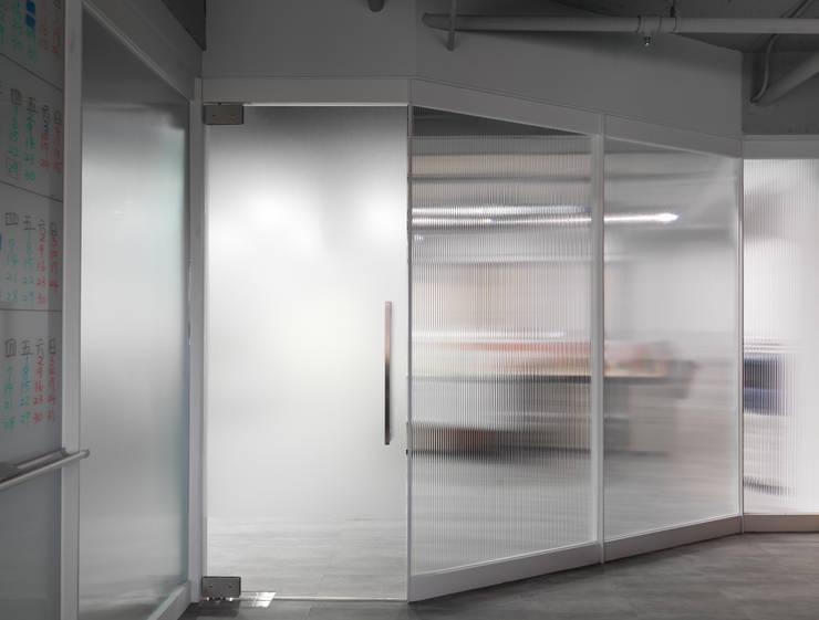 Oficinas y Comercios de estilo  por 湜湜空間設計