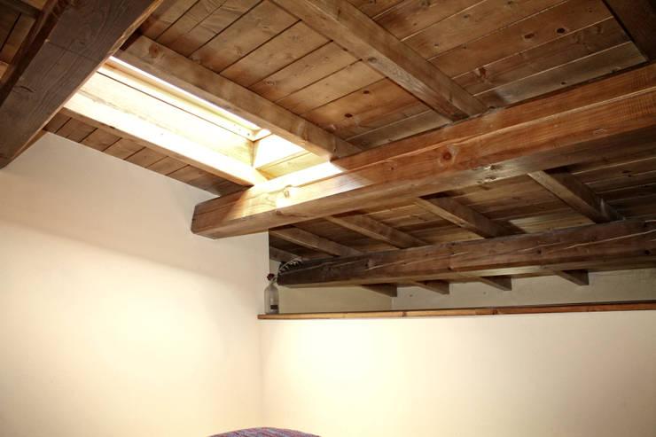 Realizzazione di mini appartamento: Camera da letto in stile in stile Moderno di MAURRI + PALAI architetti