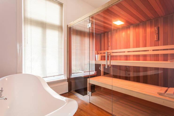 badkamer met sauna:  Badkamer door Bob Romijnders Architectuur & Interieur