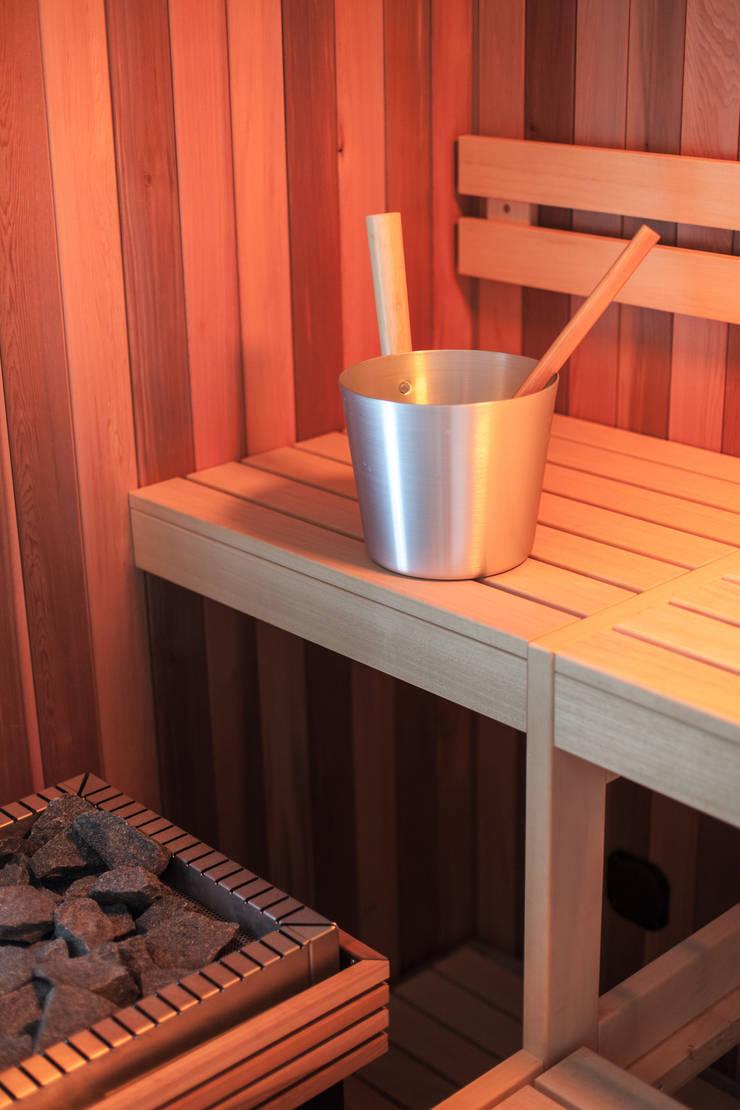 sauna:  Badkamer door Bob Romijnders Architectuur & Interieur