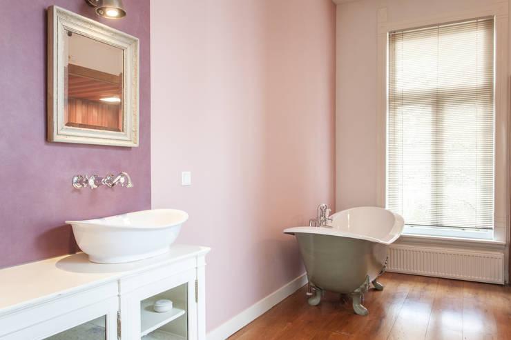 badkamer, overview:  Badkamer door Bob Romijnders Architectuur & Interieur