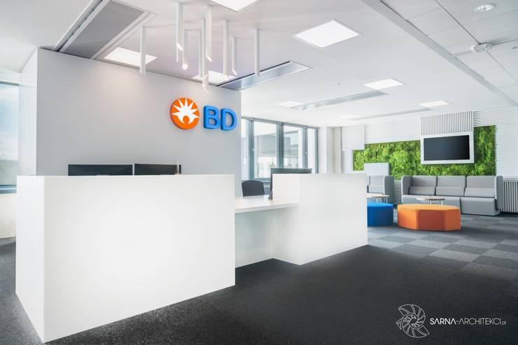 Recepcja biura, poczekalnia: styl , w kategorii Przestrzenie biurowe i magazynowe zaprojektowany przez SARNA ARCHITECTS   Interior Design Studio