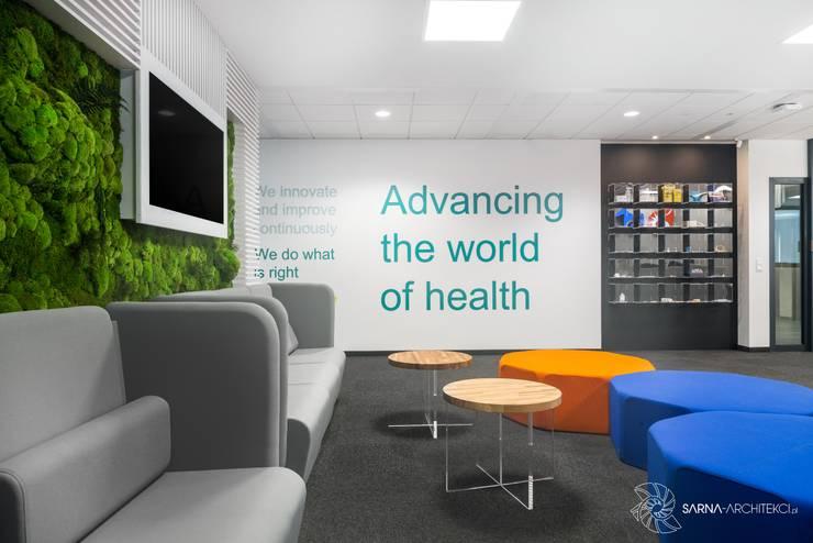 wnętrze biurowe, hol, poczekalnia: styl , w kategorii Przestrzenie biurowe i magazynowe zaprojektowany przez SARNA ARCHITECTS   Interior Design Studio