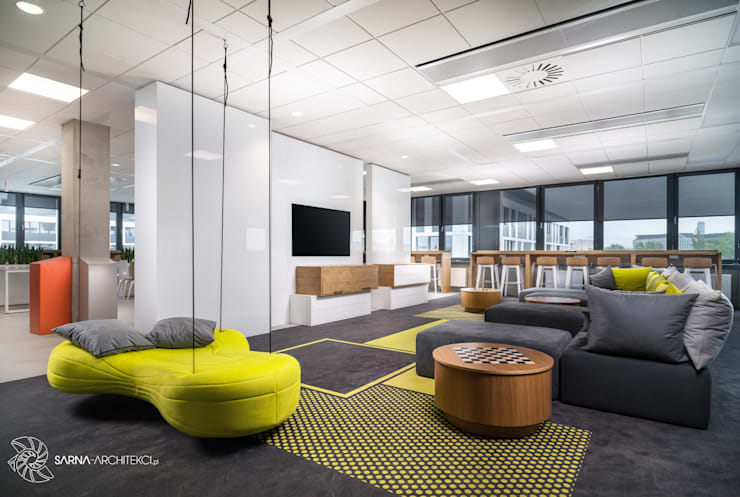 strefa odpoczynku w biurze, chillout, playroom: styl , w kategorii Przestrzenie biurowe i magazynowe zaprojektowany przez SARNA ARCHITECTS   Interior Design Studio