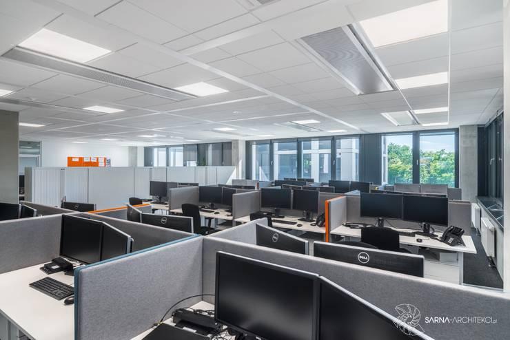 open space biurka, strefa pracy: styl , w kategorii Przestrzenie biurowe i magazynowe zaprojektowany przez SARNA ARCHITECTS   Interior Design Studio