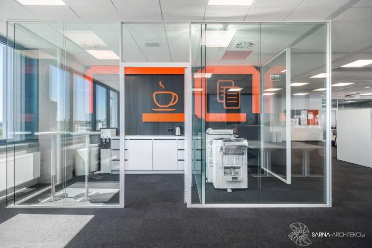coffee corner, kącik kawowy w biurze: styl , w kategorii Przestrzenie biurowe i magazynowe zaprojektowany przez SARNA ARCHITECTS   Interior Design Studio