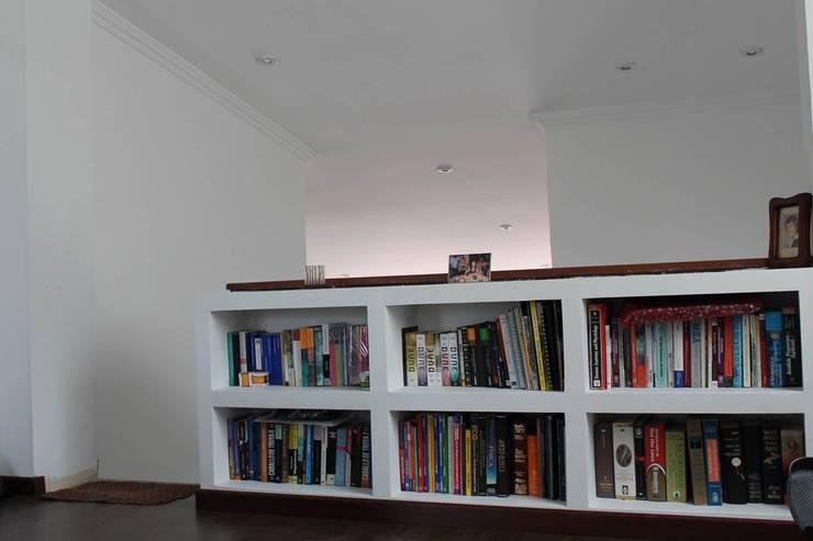 Librero: Estudios y despachos de estilo  por ATELIER HABITAR, Moderno
