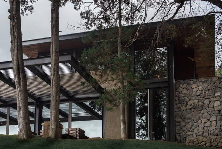 Ceveceria Patagonia: arquitectura exterior: Bares y Clubs de estilo  por Bórmida & Yanzón arquitectos,