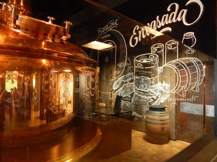 Cervecería Patagonia: Interiorismo: Bares y Clubs de estilo  por Bórmida & Yanzón arquitectos,