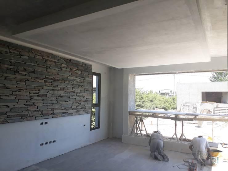 CASA CINCA-SALCEDO: Livings de estilo  por M.i. arquitectura & construcción