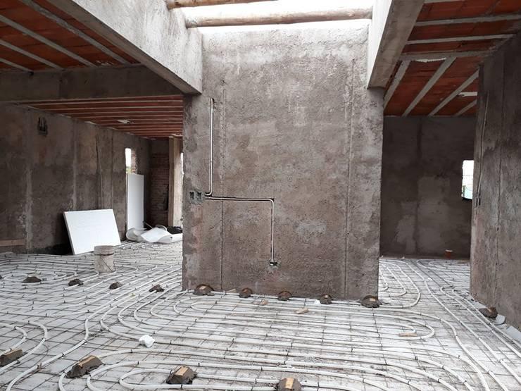 CASA CINCA-SALCEDO: Pasillos y recibidores de estilo  por M.i. arquitectura & construcción