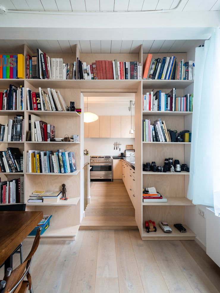 Huis Jordaan - Eerste verdieping verbinding tussen woonkamer en keuken:  Woonkamer door Unknown Architects