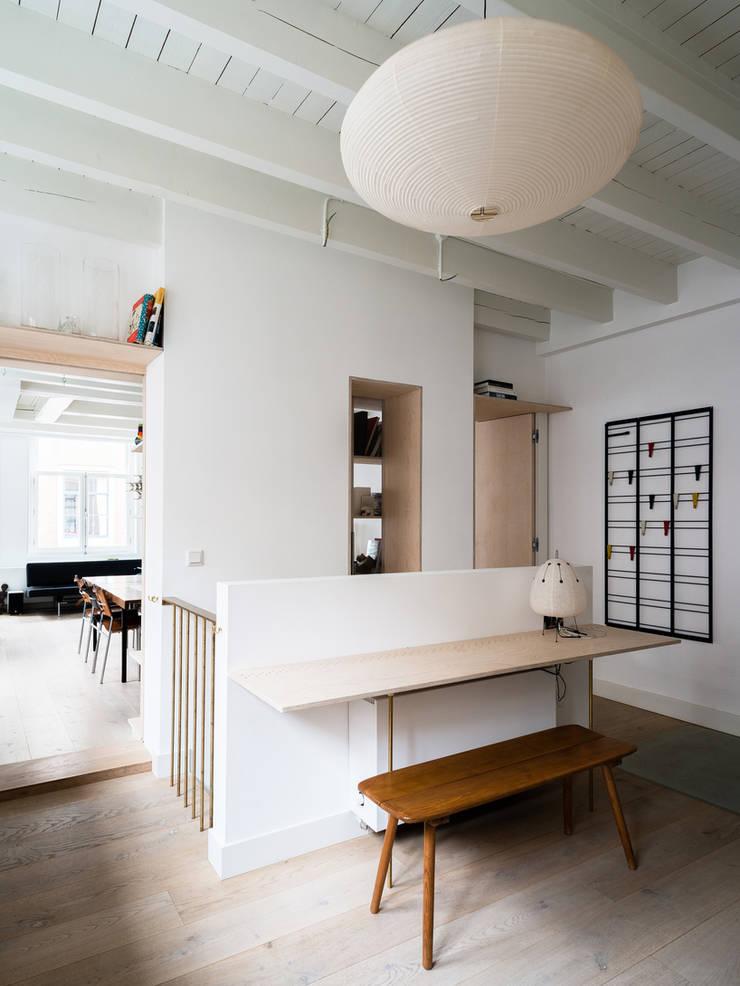Huis Jordaan - Zicht vanuit keuken:  Keuken door Unknown Architects