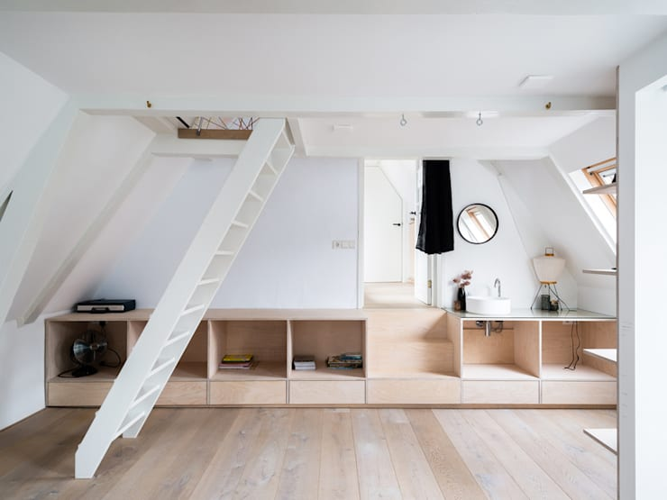 Huis Jordaan - Derde verdieping verbinding tussen twee niveaus:  Slaapkamer door Unknown Architects