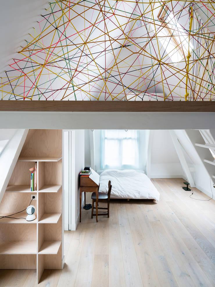 Huis Jordaan - Derde verdieping zicht op twee slaapkamers:  Slaapkamer door Unknown Architects
