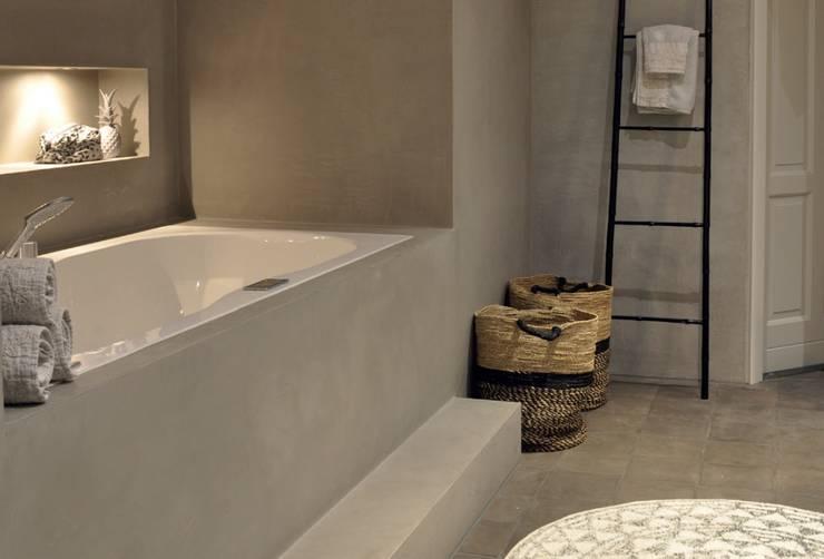 Cleopatra ligbad / bubbelbad zijaanzicht:  Badkamer door Cleopatra BV, Modern