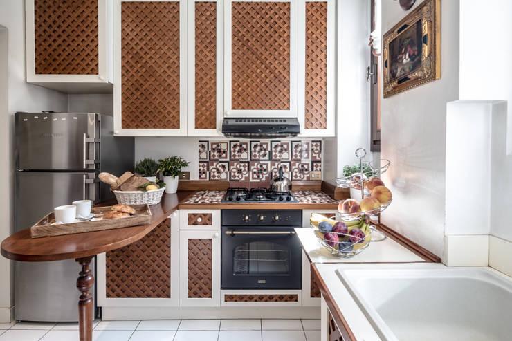 Cucina Cucina in stile classico di Architrek Classico