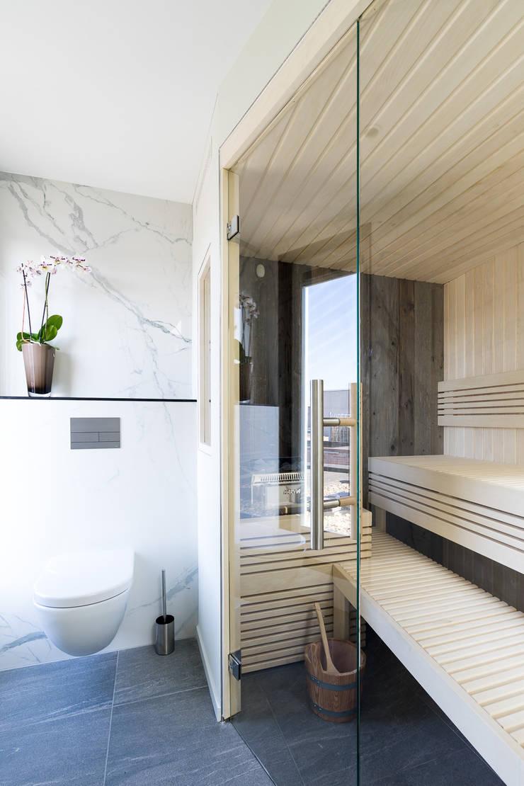 Cleopatra sauna zijaanzicht:  Badkamer door Cleopatra BV, Modern Hout Hout