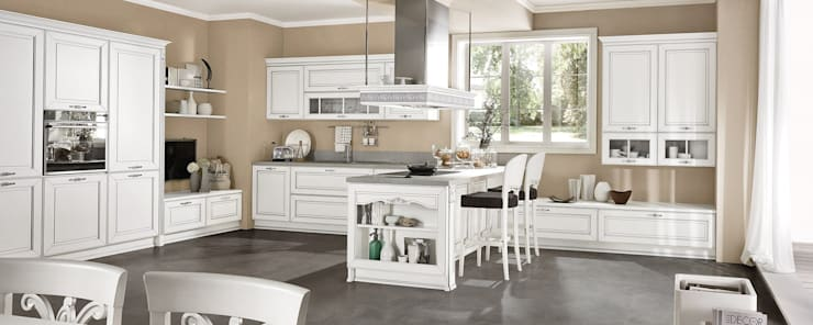 Cucina Dolcevita – International style – Bianco filo argento: Cucina in stile  di Ferrari Arredo & Design