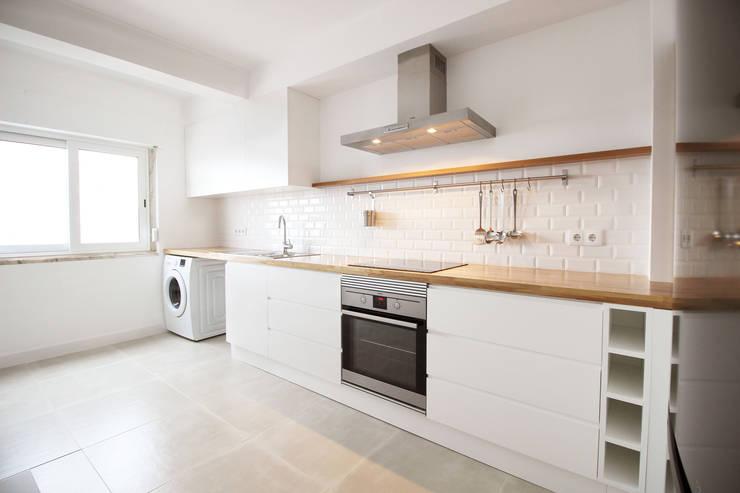 Casa do Pedro e da Sónia: Cozinhas  por Homestories,Escandinavo
