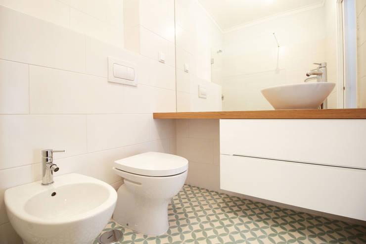 Casa do Pedro e da Sónia: Casas de banho  por Homestories,Escandinavo
