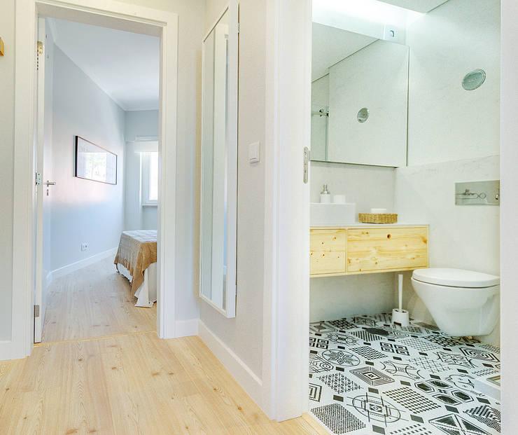 Apartamento da Alegria: Corredores e halls de entrada  por Homestories