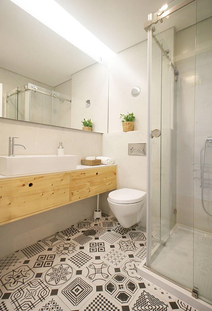Apartamento da Alegria: Casas de banho  por Homestories