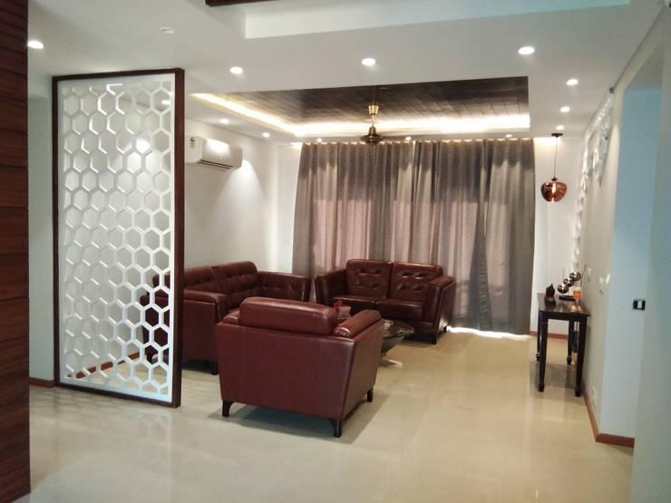 Living Room:  Living room by V-Serve Design & PMC