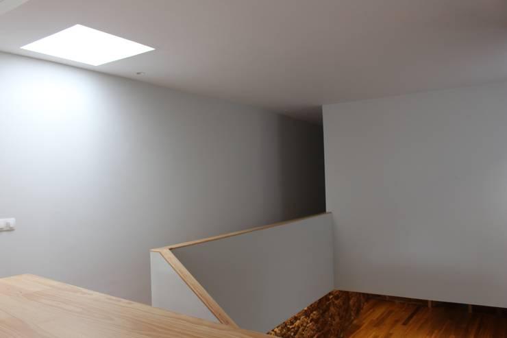 Pasillos, halls y escaleras minimalistas de ARCHÉ Minimalista
