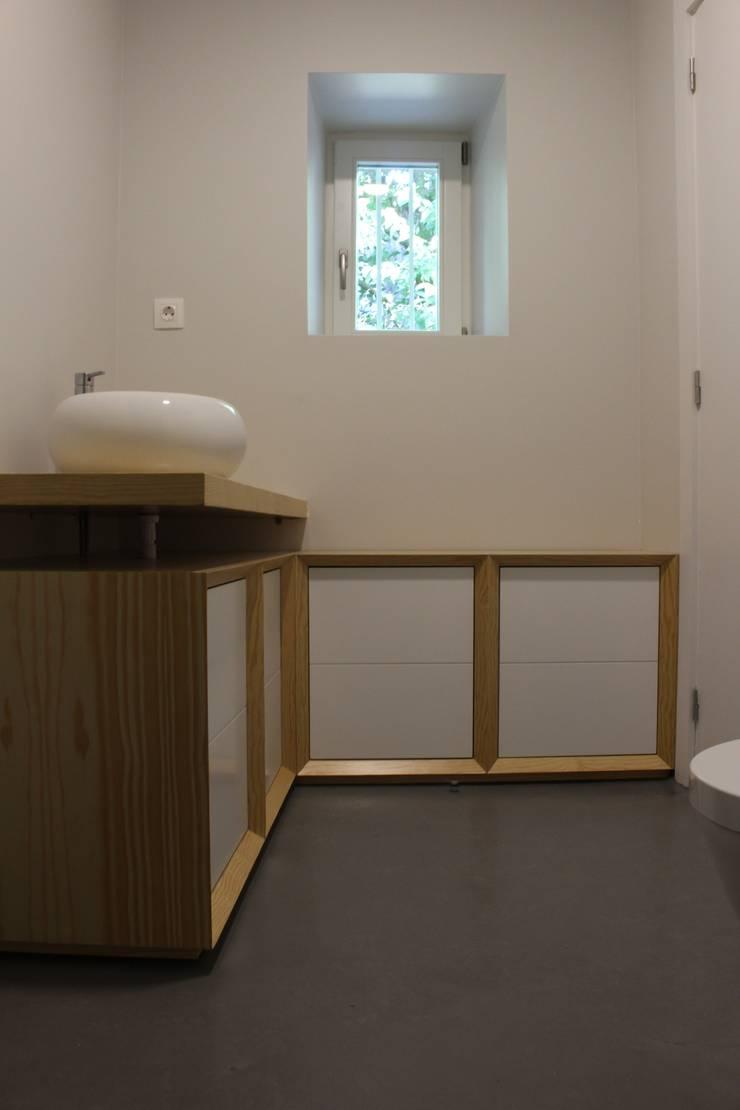 Baños de estilo minimalista de ARCHÉ Minimalista