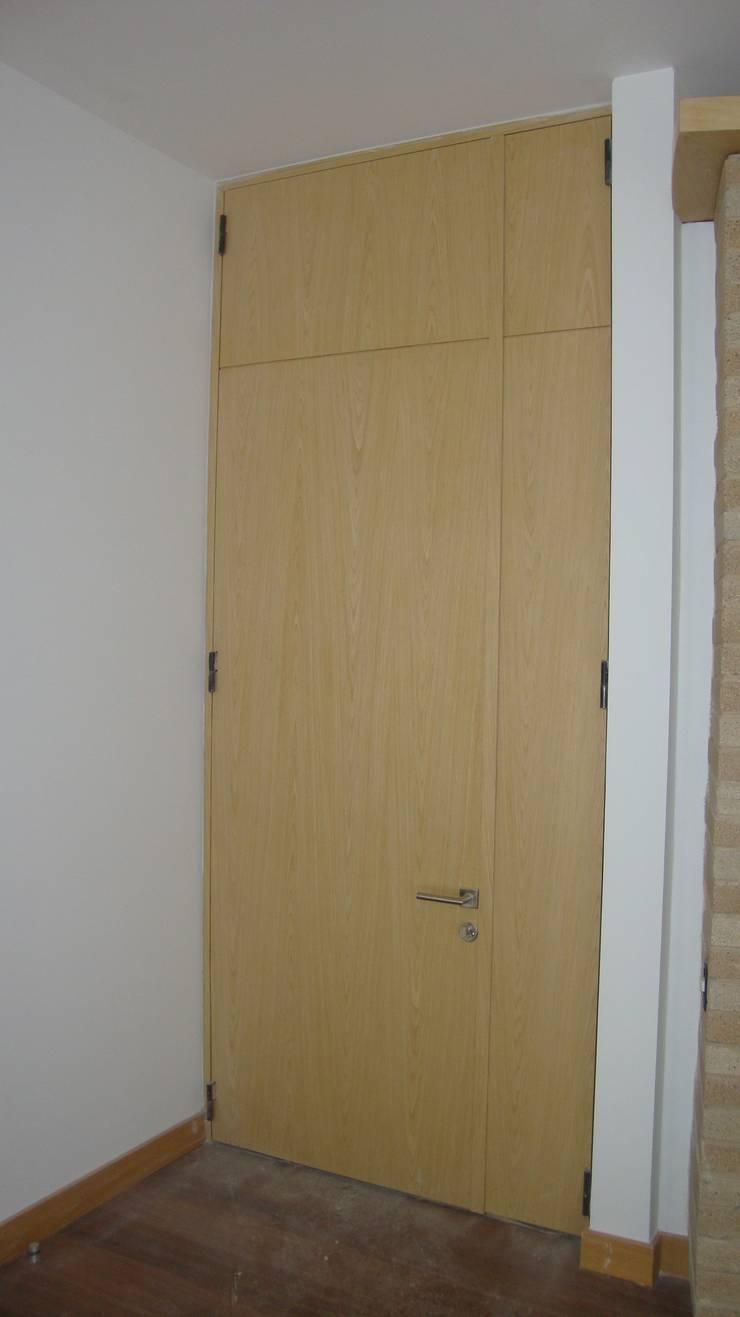 CARPINTERÍA ARQUITECTÓNICA APARTAMENTO:  de estilo  por MODE ARQUITECTOS SAS, Moderno Madera Acabado en madera