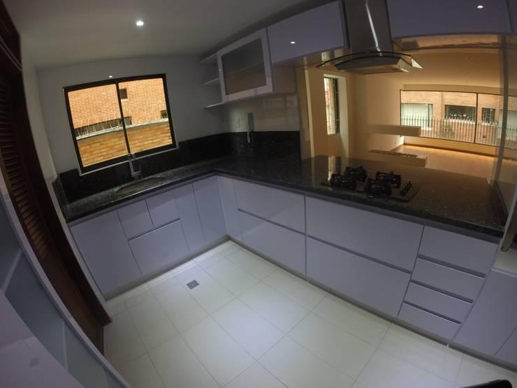Cocina MB: Cocinas integrales de estilo  por MODE ARQUITECTOS SAS