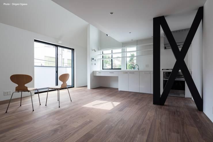 壁付けのi型キッチン: 石川淳建築設計事務所が手掛けたキッチンです。