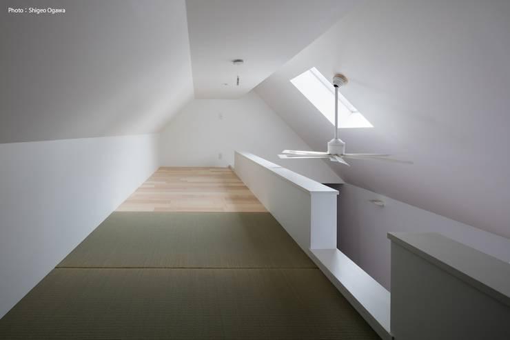 リビングのロフト: 石川淳建築設計事務所が手掛けた和室です。