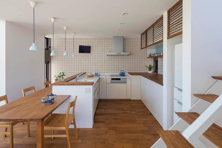 無垢材を多用した温かみのあるダイニングキッチン: タイコーアーキテクトが手掛けたシステムキッチンです。