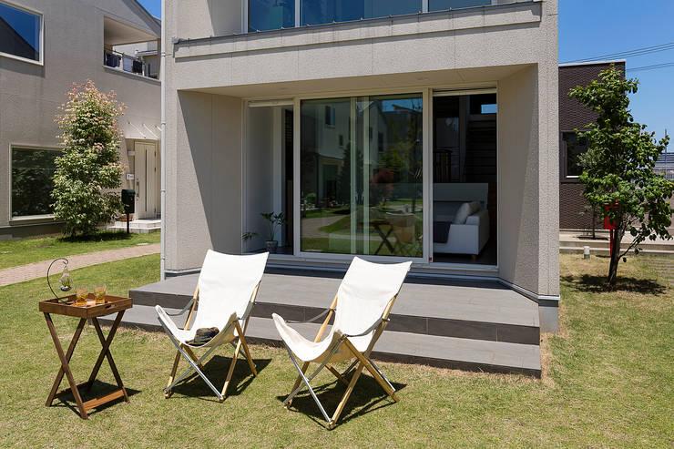 自然にコミュニティの生まれる屋外テラス: タイコーアーキテクトが手掛けた庭です。