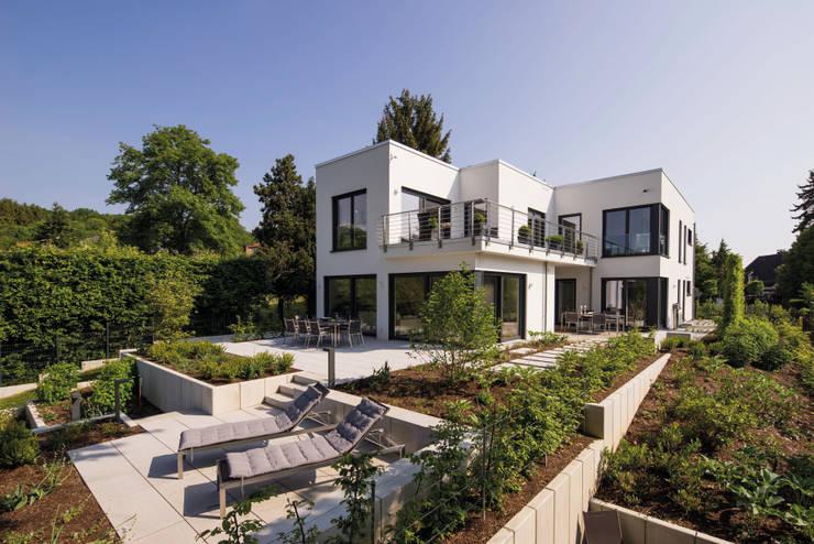 BAUHAUS-UNIKAT - Das weitläufige Anwesen der Familie ist ein echter Hingucker.:  Fertighaus von FingerHaus GmbH