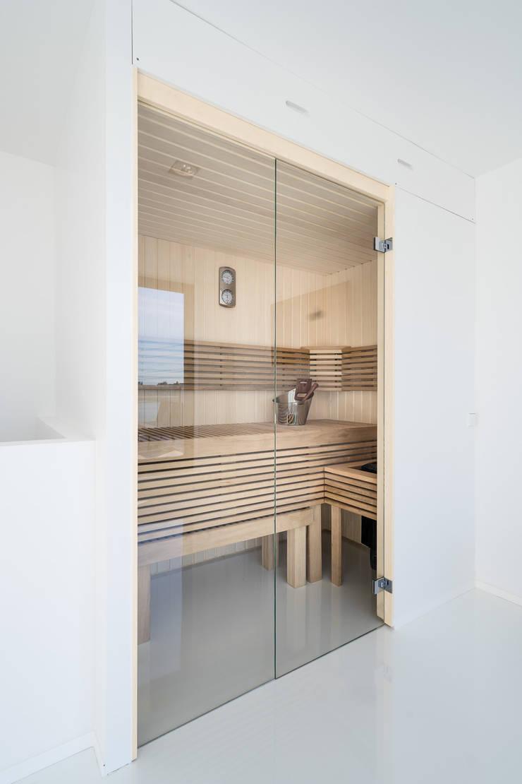 Moderne Cleopatra sauna met glazen deur:  Badkamer door Cleopatra BV, Modern Hout Hout