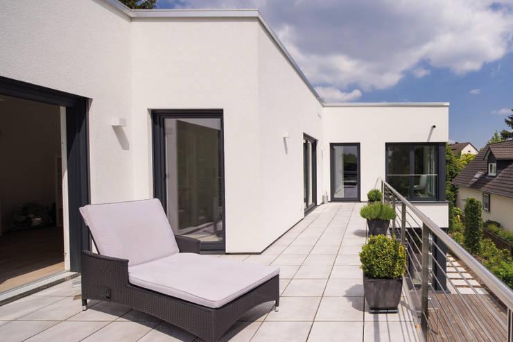 BAUHAUS-UNIKAT - Ein großer Balkon im Obergeschoss lädt zu ausgiebigem Sonnenbaden ein:  Fertighaus von FingerHaus GmbH