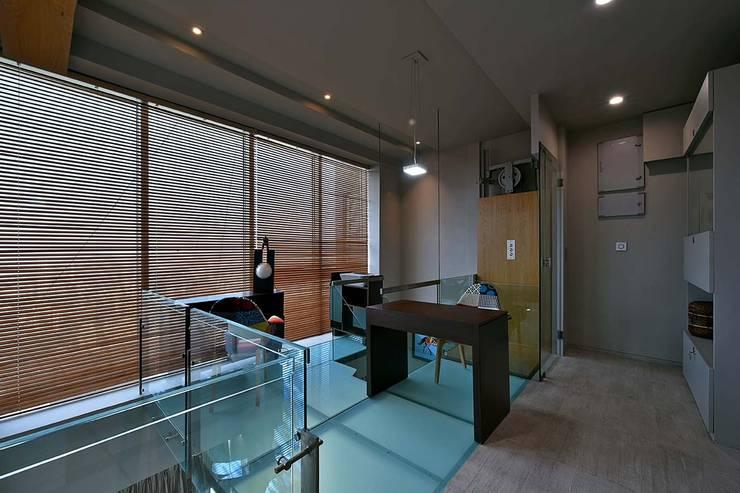 upper glass deck: minimalistic Study/office by Design Paradigm