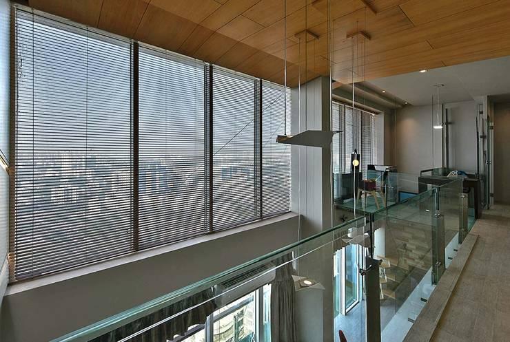 spectacular view through upper deck:  Corridor & hallway by Design Paradigm