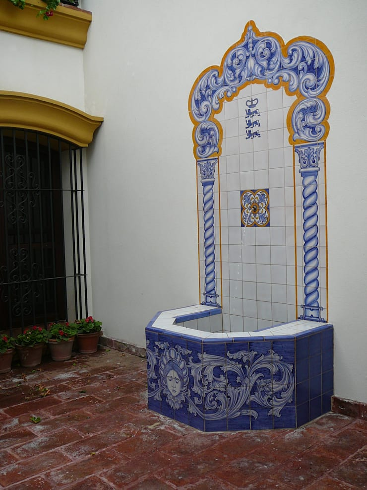 Fuente revestida en cerámicas : Balcones y terrazas de estilo  por Estudio Dillon Terzaghi Arquitectura - Pilar
