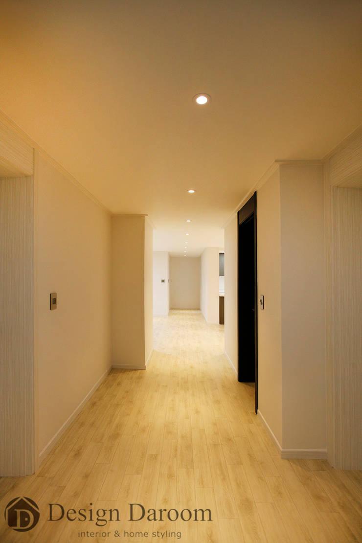 광장동 워커힐 아파트 56py 복도: Design Daroom 디자인다룸의  복도 & 현관,