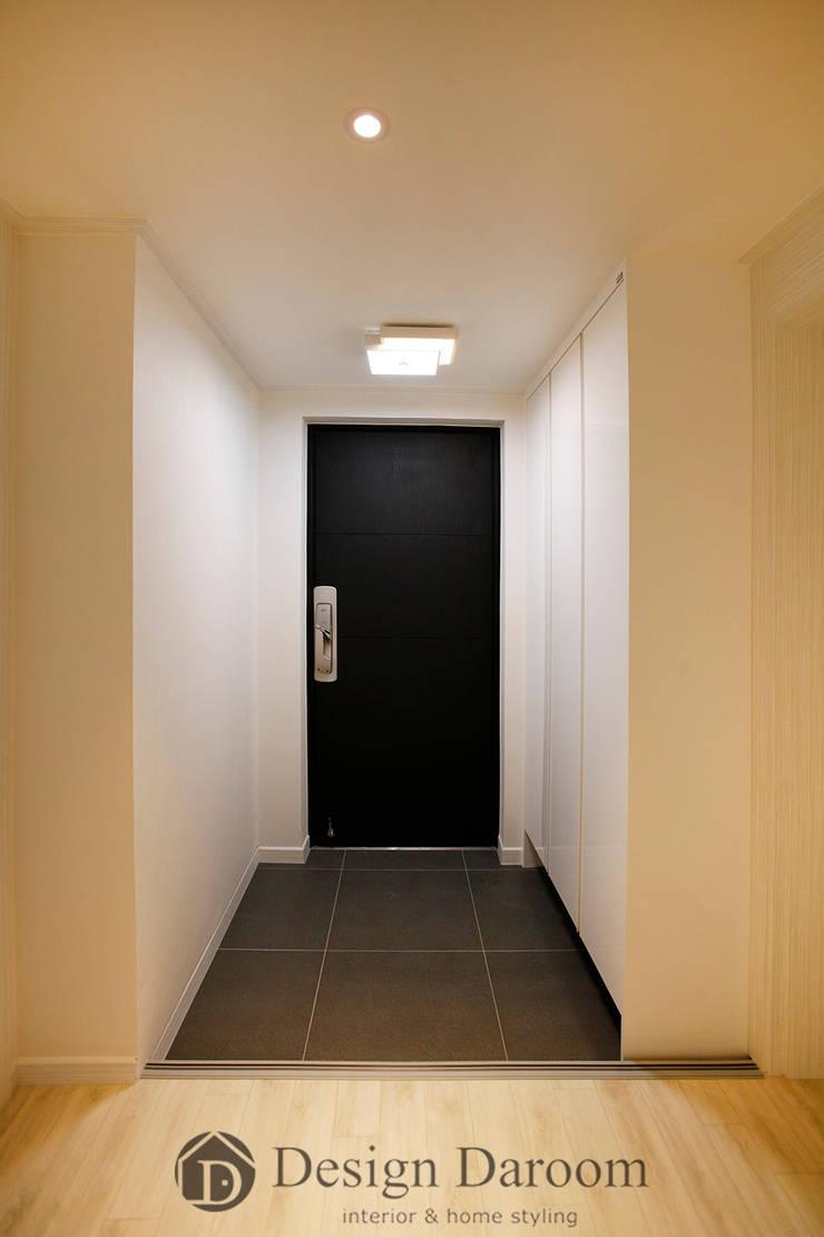 광장동 워커힐 아파트 56py 현관: Design Daroom 디자인다룸의  복도 & 현관,
