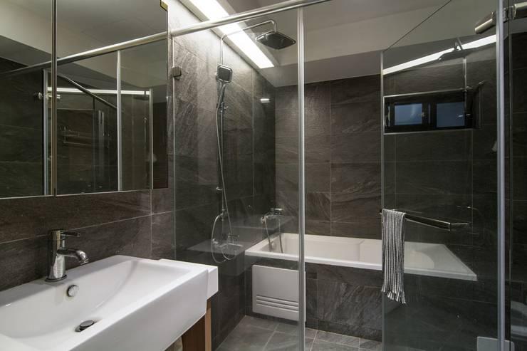 溯光質樸:  浴室 by 知域設計