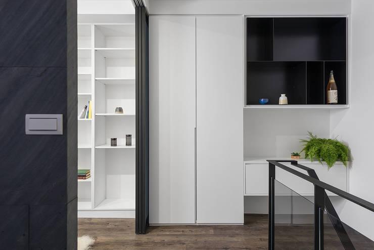 6+1 Pets house:  走廊 & 玄關 by 知域設計